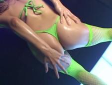 Танцует эротический танец