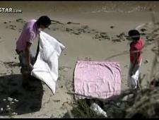 Трахает свою стеснительную девушку на пляже