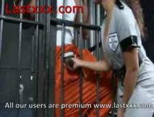 Сексуальная полицейская сосет член заключенному
