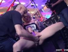 На публике мастурбирует