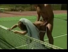 Молодожены трахаются на теннисном корте