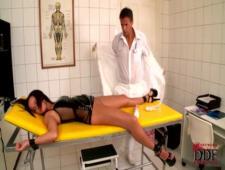 Врач привязал медсестру для игр довел до оргазма