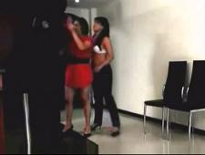 Мужик трахает двоих девушек