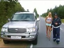 Мент трахает девушку на дороге