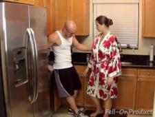 Трахает мамашу раком на кухне