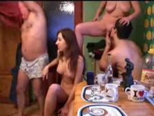 Друзья свингеры собрались на кухне