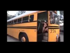 Ебет брюнетку в школьном автобусе