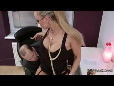 Босс ебет сексуальную помощницу