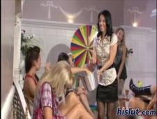 Девочки лесби играют в рулетку
