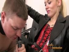 Жена трахает мужа страпоном в рот