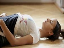 Гимнастка мнет свою киску во время растяжки