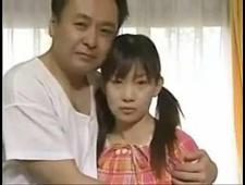 Отец трахает свою юную дочь в киску