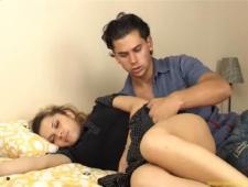 Парень лапает и сует свой член в спящую красотку