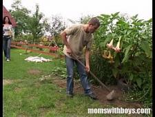 Сын трахнул мамку на огороде