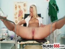 Медсестра залезла на гинекологическое кресло потеребенить киску