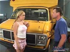 Водила автобуса трахает блондинку раком