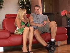 Толстяк трахает секси мамочку