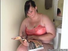 Дрочит в ванной необъятную пизду