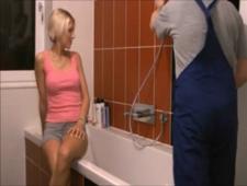Шлюха расчиталась за работу с сантехником своим телом