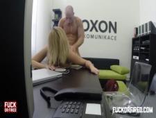 Помощница знает как получить повышение в офисе