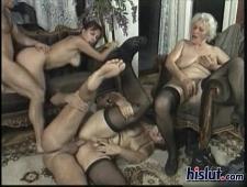 Ебут зрелых женщин групповуха