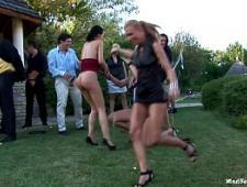 Мужики трахают девушек на вечеринке