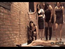Девушки от удовольствия обоссали мужика