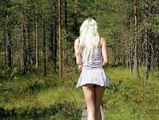 Ебет блондинку в лесу