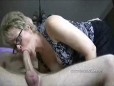 Баба дрочит мужику хуй