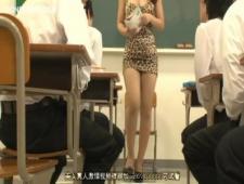 Дразнит учеников коротким платьем